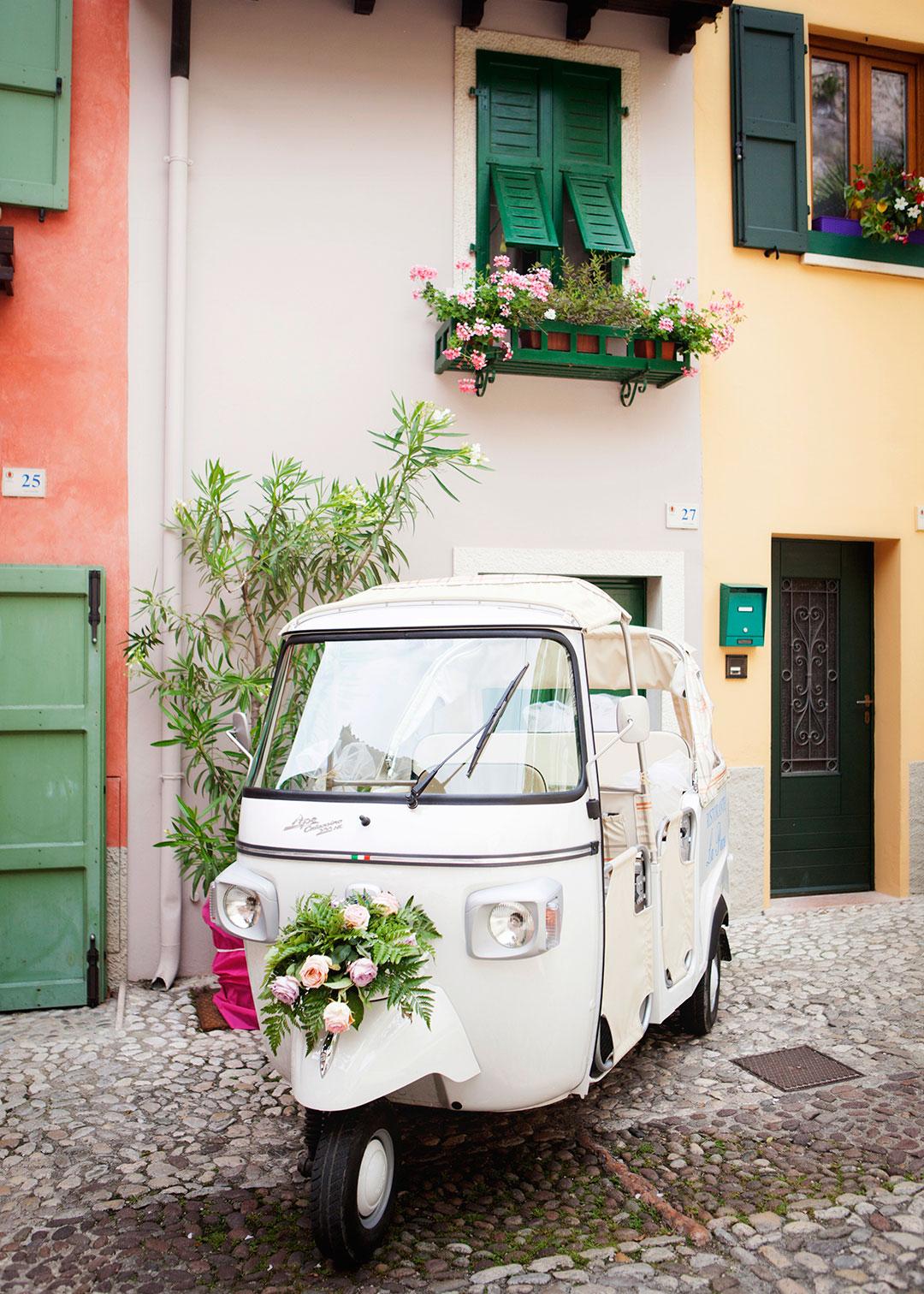 Italian destination wedding with tuk tuk